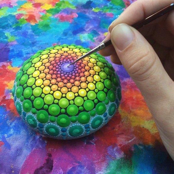 Cmo hacer mandalas bonitos en piedras Mandalas Stone Mandalas