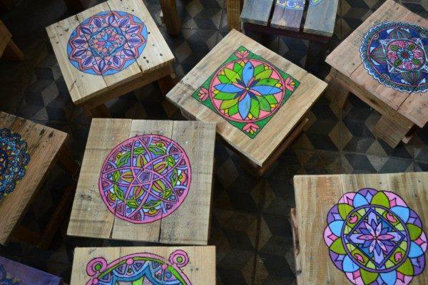 Mandalas dibujados y pintados en madera mandalas for Como pintar una mesa de madera